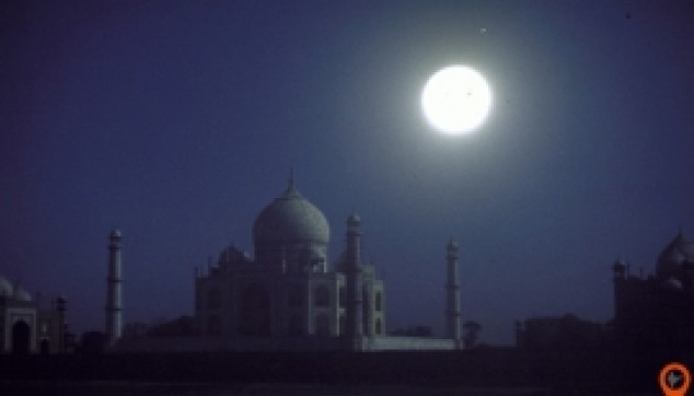 Taj Mahal view In Moonlight - indiator
